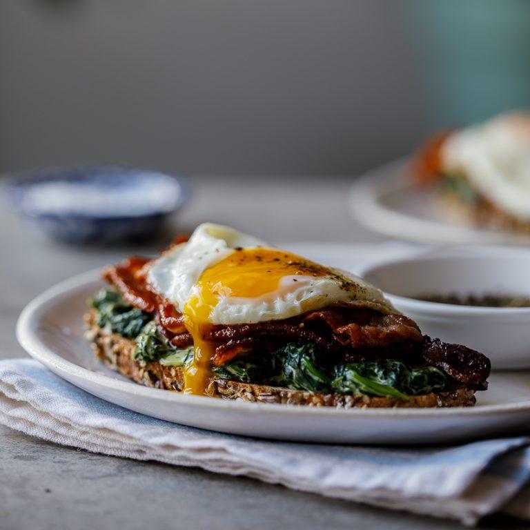 Tostadas de Espinaca y Huevo un desayuno práctico