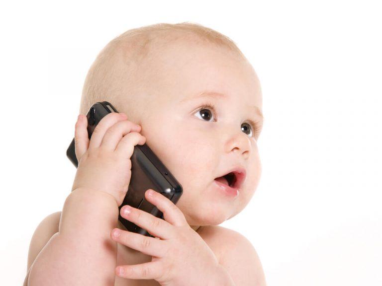 El uso del celular y niños menores de 2 años