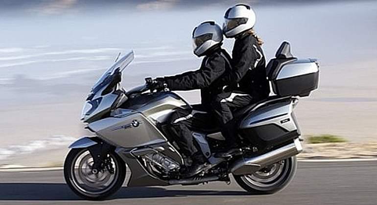 Cómo viajar seguro en moto con otra persona