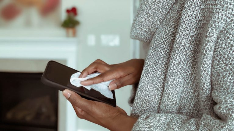 ¿Cómo limpiar y eliminar los gérmenes de tu celular sin dañarlo?